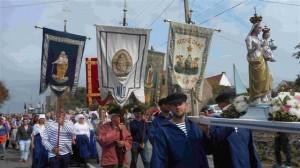 La procession commence (r)