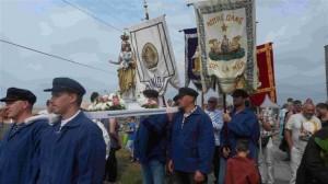 La Vierge et les bannières (r)