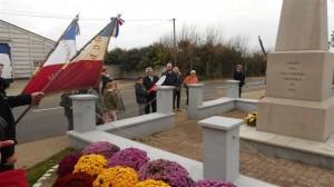 devant le monument aux morts des Portugais