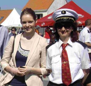 2012 Maeva Coucke et une musicienne de la lyre marquisienne